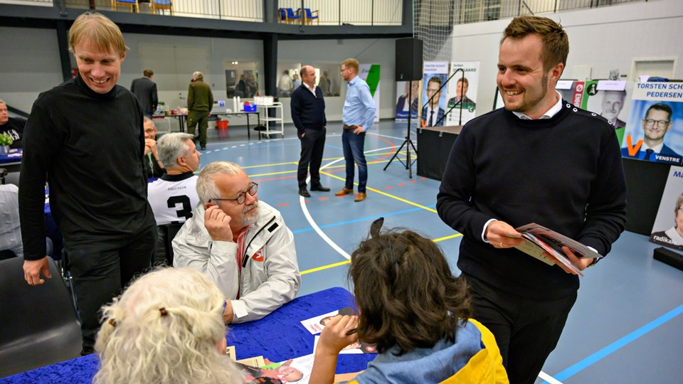 Socialdemokraten Simon Kollerup (til højre i billedet) glæder sig over, at hans parti nu trækker i land på et forslag om at skære i tilskuddet til friskoler. Billedet her er fra vælgermødet i Hvidbjerg onsdag aften, hvor han måtte stå på mål for nedskæringen. Foto: Kurt Bering