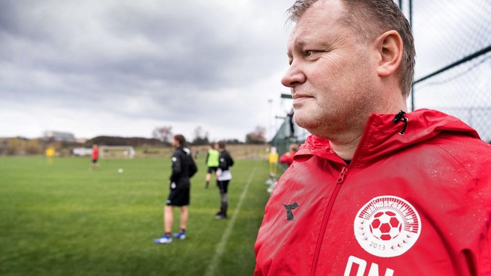 """Ole Nielsen er fanget i et af de få øjeblikke, hvor han ikke taler i telefon. Mange vågne timer af årets træningslejr er han buret inde på """"kontoret"""" - også kaldet hotelværelset for at finde klubbens nye bomber. Foto: Torben Hansen"""