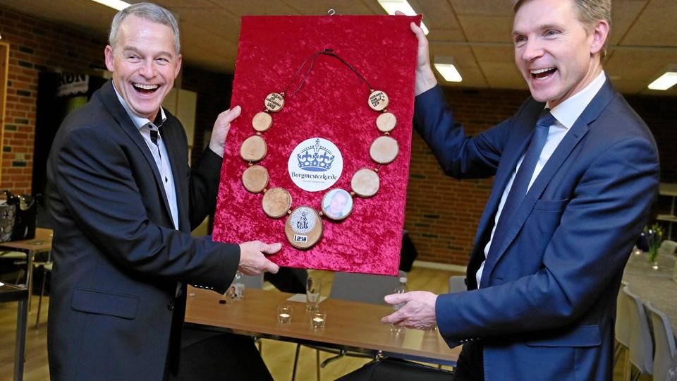 Borgmester Karsten Nielsen (tv) og DF-formand Kristian Thulesen dahl med borgmesterkæden. Foto: Kirsten Østergaard