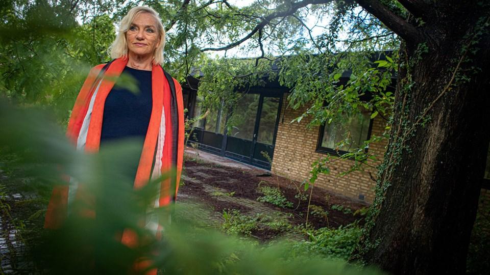 Birgit Lind Olesen ved den gamle børnehave. Stedet kommer i fremtiden til at rumme 18 nye boliger. Foto: Martin Damgård