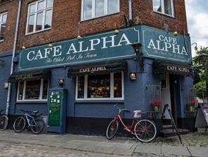 Legendariske Alpha: Aalborgs ældste værtshus runder et skarpt hjørne