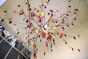 Kendt blomsterkunstner pynter til jul på Løve Apoteket
