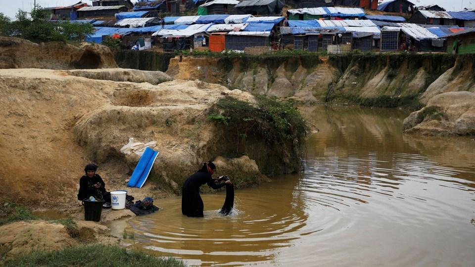 Rohingya-flygtninge vasker tøj i Kutupalong flygtningelejren nær Cox's Bazar i Bangladesh den 15. november 2017. Siden august sidste år er flere end 700.000 rohingyaer flygtet fra Myanmar. Foto: Reuters/Navesh Chitrakar