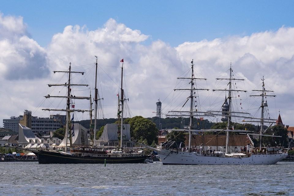 Et efter et siger skibene farvel til Aalborg og Nørresundby. Foto: Lasse Sand