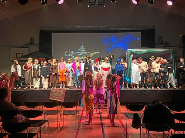 70 skoleelever opførte musical