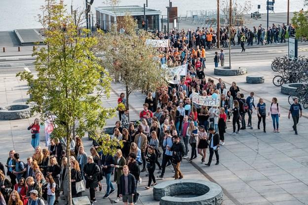 De nye studerende gik i samlet flok igennem Aalborg.