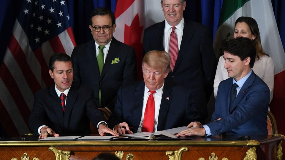 Fra venstre til højre: Mexicos præsident, Enrique Peña Nieto, USA's præsident, Donald Trump, og Canadas premierminister, Justin Trudeau, underskriver den nye handelsaftale mellem de tre lande ved G20-topmødet i Buenos Aires fredag.