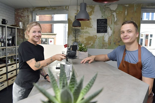 31-årige Lotte Reimer Sørensen, tjener, har sin 26-årige svoger, Kristoffer Sørensen, stående i køkkenet.