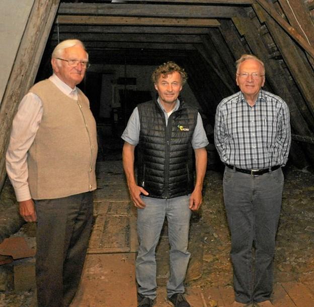 Slotsejer Carl Chr. Pedersen var med Otfried (t.v.) og Ulrich oppe på loftet over østfløjen. Brødrene fortalte, at da de boede deroppe, var der betydeligt pænere med møbler - især senge. Foto: Ole Torp