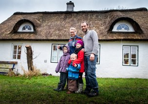 Fra storbylejlighed til familieliv i Ydby med stråtag, høns og kun én indtægt
