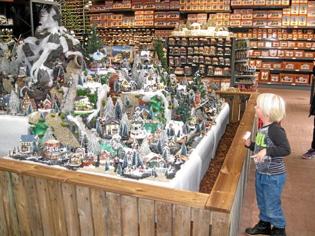 Julebyen med over 100 små figurer bliver også klar. Arkivfoto: Ole Skouboe