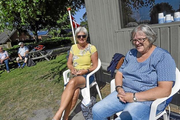 Ikke alle spillede krolf. Inge Vinther (tv) og Bente Nielsen havde taget turen til Thy for at komme på besøg i Nationalparken. Foto: Ole Iversen