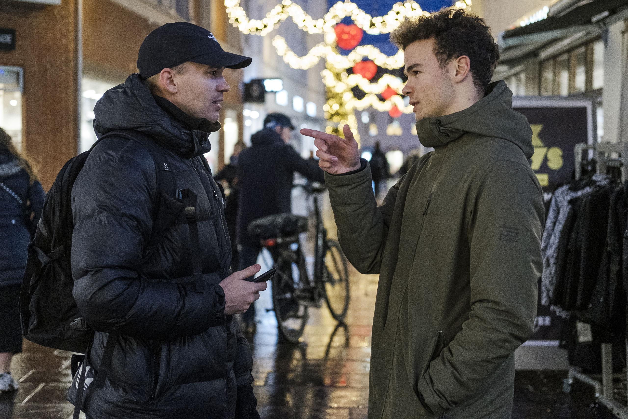 Mads Thomsen faldt i snak med Gavrilo midt i Bispensgade, og de to fandt hurtigt flere emner at tale om. Foto: Lasse Sand