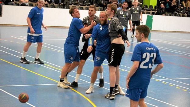 Aalborg KFUM spillerne (blå trøjer) tog godt fat i Team Jammerbugt spillerne. Foto: Flemming Dahl Jensen Flemming Dahl Jensen
