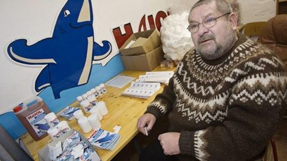 Hans Peter Sørensen kan fortælle begejstret i timevis om hajoliens lyksaligheder og om bøvlet med myndighederne, mens han klistrer mærkater på plasticdåser. Som det ses, fås olien også i flydende form. Foto: Martin Damgård