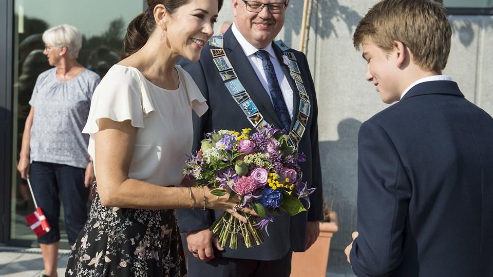 Kronprinsesse Mary besøgte og indviede onsdag den 15. september Aabybro Skole i Nordjylland. Skolen er bygget i 2 afdelinger der ligger indenfor kort afstand af hinanden. Her ankommer Kronprinsessen og fik blomster af Jeppe Grøn, formand for udskolingens elevråd . (foto: Henning Bagger / Scanpix 2016)