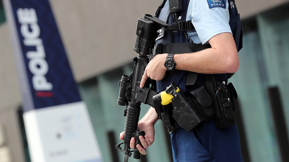 Bevæbnet politi har indtaget området omkring retten i Christchurch i New Zealand, hvor en 28-årig mand fredag aften dansk tid blev fremstillet sigtet for drab.