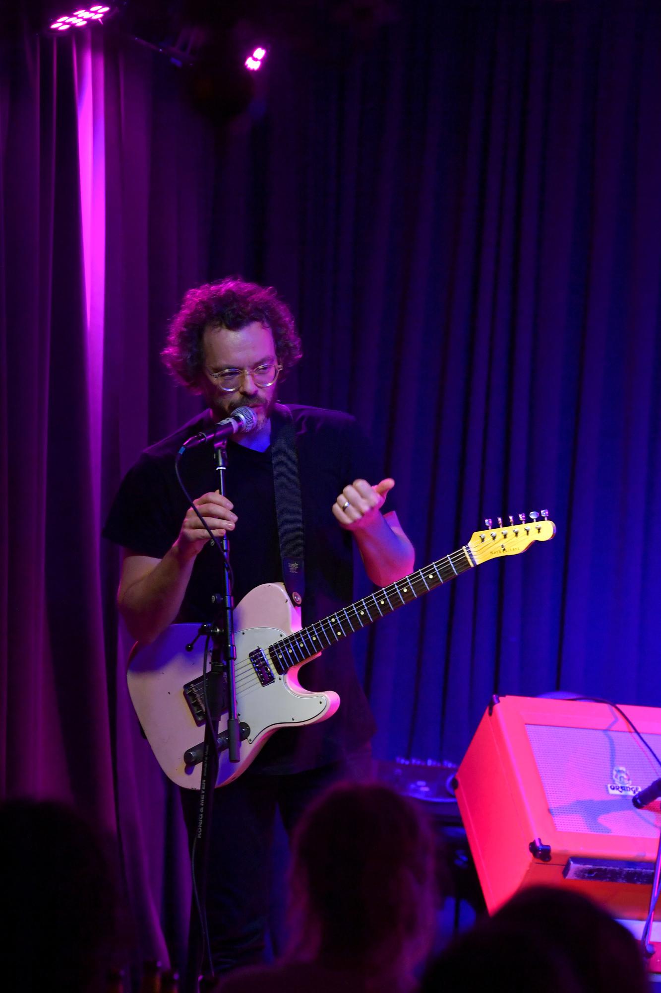 Guitartroldmand spiller drømmejazz, der skaber indre lydlandskaber