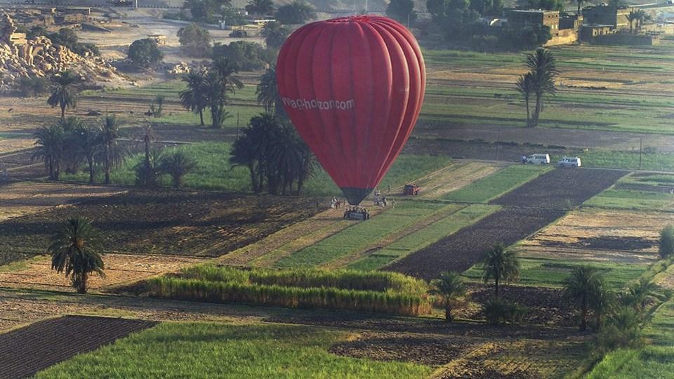 Mindst én person er dræbt, efter at en luftballon, der fløj med 20 personer, er styrtet ned i Luxor Egypten. Adskillige personer er blevet kvæstet. Det oplyser det statsstøttede nyhedsbureau Mena. Foto: /ritzau/AP/Mohammed Anan