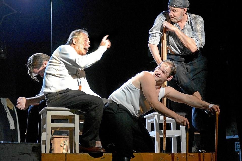 Krigsinvalider i diskussion. Fra venstre  Ole Sørensen, Thomas Jacob C. Rønne og Klaus Andersen. Rasmus Stenberg i baggrunden. ?Foto: Niels Reiter