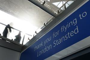 Fly med motorproblem stopper trafik i London-lufthavn