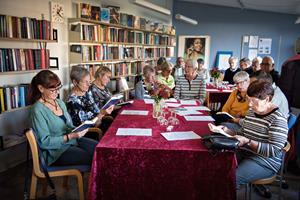 Rygte om bogens død i Hvalpsund var stærkt overdrevet: Nu fejrer de bogcaféens succes