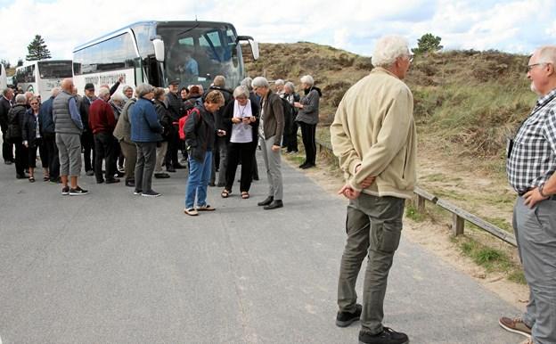 Turdeltagerne på vej op til Tirpitz Museet, som ligger gemt i klitten ved Blåvand. Foto: Finn Kristensen