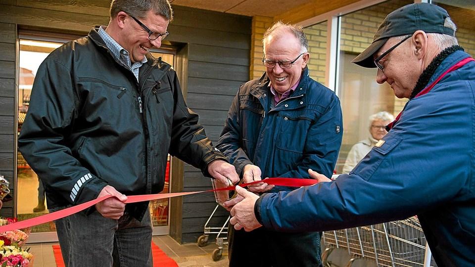 Karlo Bundgaard, sammen med Knud Lynge og Ole Poulsen, da snoren blev klippet til den nye butik i november sidste år. Nu forsøger Amtoft sig meden ny model. Arkivfoto: Ole Iversen