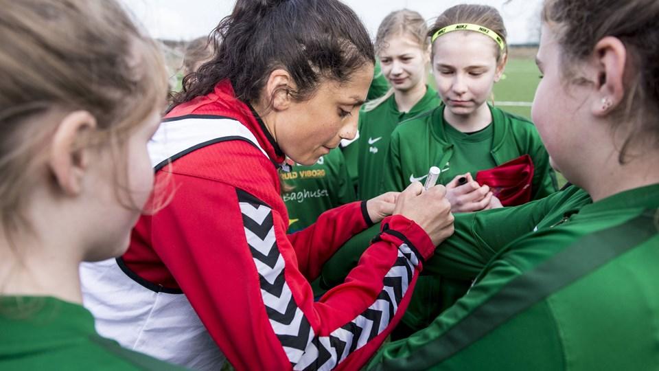Nadia Nadim og det danske kvindelandshold træner i disse dage i Viborg forud for mødet med Ukraine. Allerede torsdag var ukrainerne i kamp mod Kroatien, der blev slået med 3-0 på udebane. Foto: Scanpix/Morten Stricker