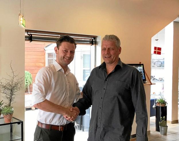 Peter Astrup og direktør Brian Fabricius, Hotel Viking i Sæby. Privatfoto