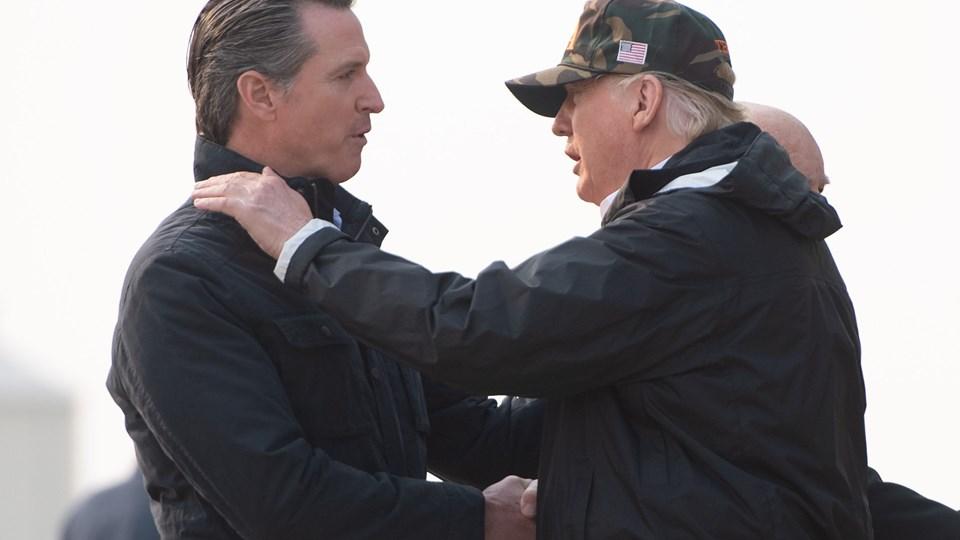 Californiens guvernør, Gavin Newsom (til venstre), giver præsident Donald Trump (til højre) hånden tilbage i november sidste år.