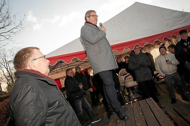 Borgmester Arne Boelt takkede den tidligere formand for Teknik- og Miljøudvalget i Hjørring Kommune, Ole Ørnbøl, som var med til at skyde projektet i gang. Foto: Peter Jørgensen Peter Jørgensen