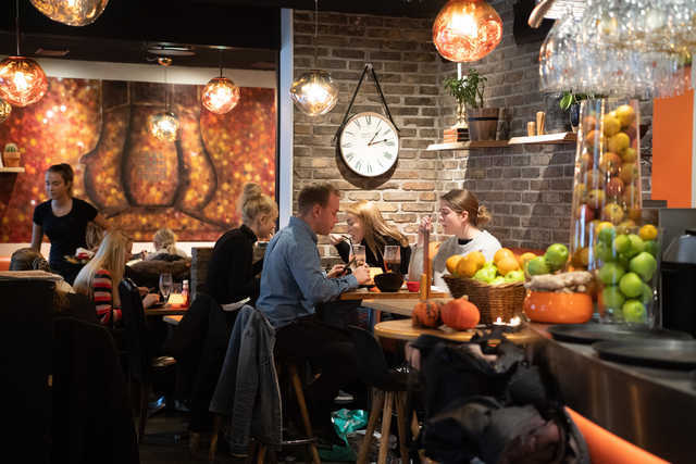Indehaveren går meget op i, at caféen skal være et hyggeligt sted at være. Foto: Kim Dahl
