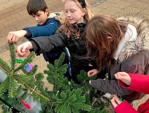 Skolelever julepyntede byen