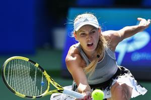 Nervøs Wozniacki booker plads i kvartfinalen i Beijing