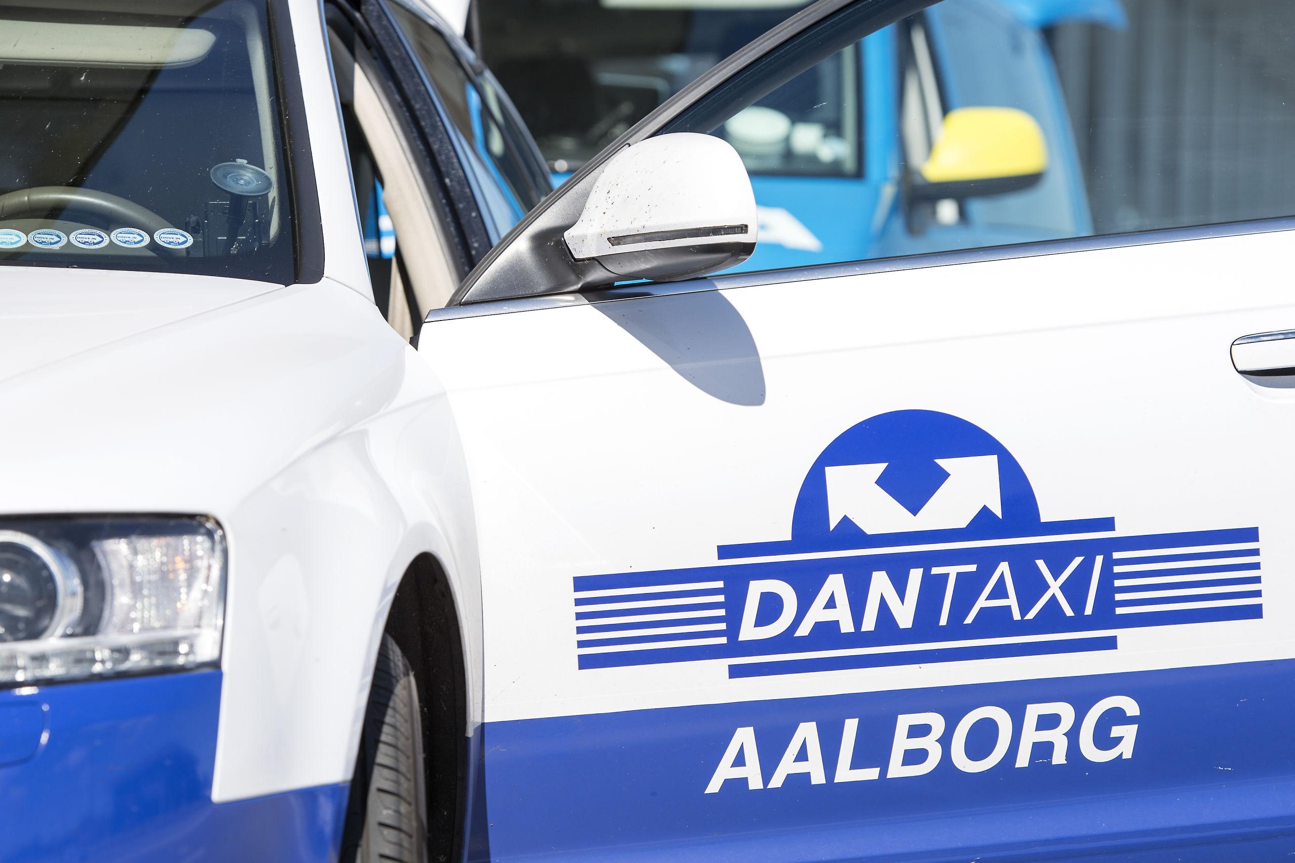 Dantaxi i Aalborg har f.eks. nytårsaften et sted mellem 130 og 140 taxier på gaden til at køre folk hjem efter en glad og måske våd aften og nat. Arkivfoto: Andreas Falck