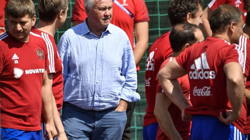 Guus Hiddink har trænet flere landshold i sin lange karriere. Blandt andet Rusland, som han stod i spidsen for ved EM i 2008. Her ses han under et gæstebesøg i den russiske lejr ved VM i sommer. Foto: Alexander Nemenov/arkiv/Ritzau Scanpix