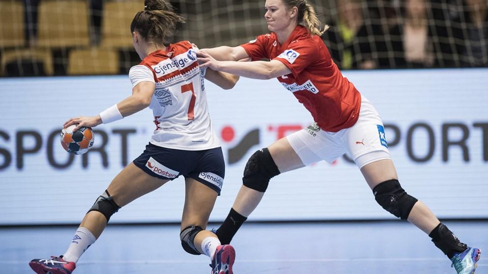 Anne Mette Hansen (til højre) blev kåret til Danmarks bedste spiller i Golden League-kampen søndag mod Norge. Danmark tabte kampen 20-25. Foto: Claus Fisker/Ritzau Scanpix