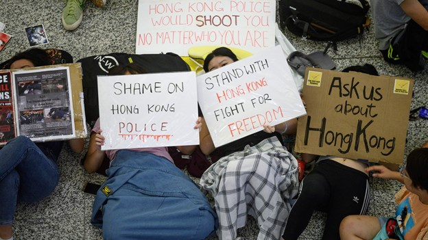 Lufthavn i Hongkong genåbner med forbud mod nye protester
