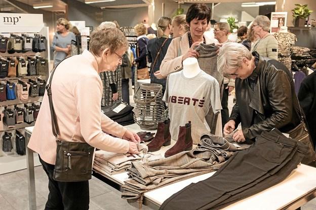 Efter modeshowet var der rig lejlighed til at gå på opdagelsen blandt det store udvalg i tøj, sko og tasker til den modebevidste kvinde. Foto: Niels Helver