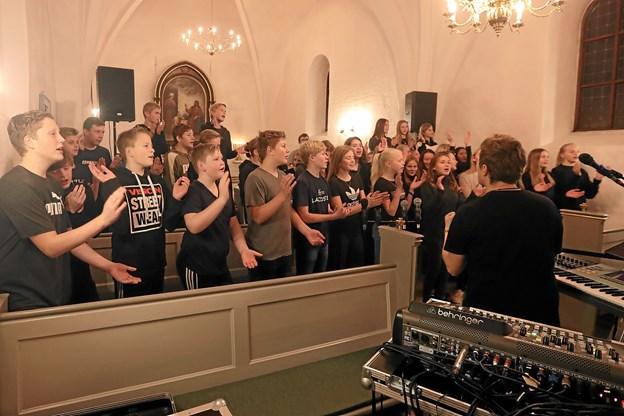 De vordende konfirmander gav den tirsdag aften som gospelmusikere i Vester Hassing Kirke. Foto: Allan Mortensen