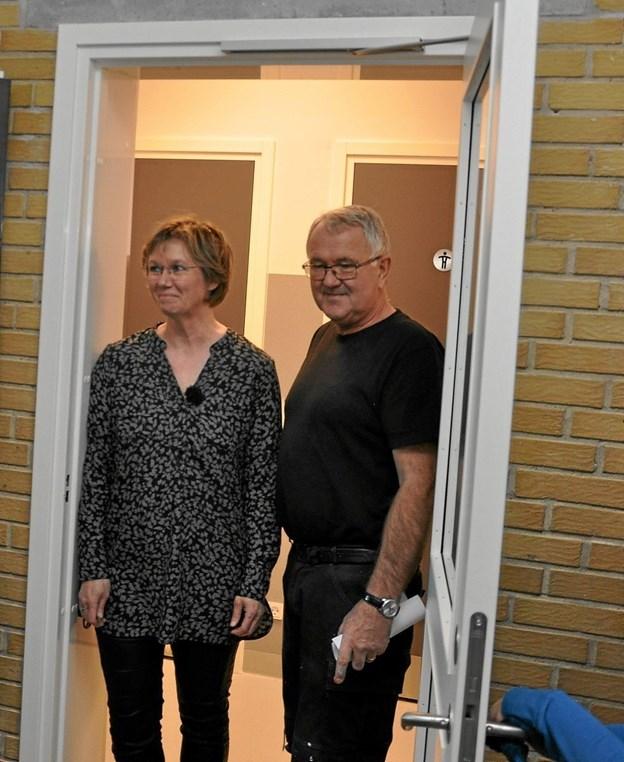 Efter at Helle Faber og Svend Olsen havde klippet båndet over og indviet de nye toiletter, var der udbredt tilfredshed med det nye fremskridt på Klokkerholm Skole. Foto: Ole Torp Ole Torp