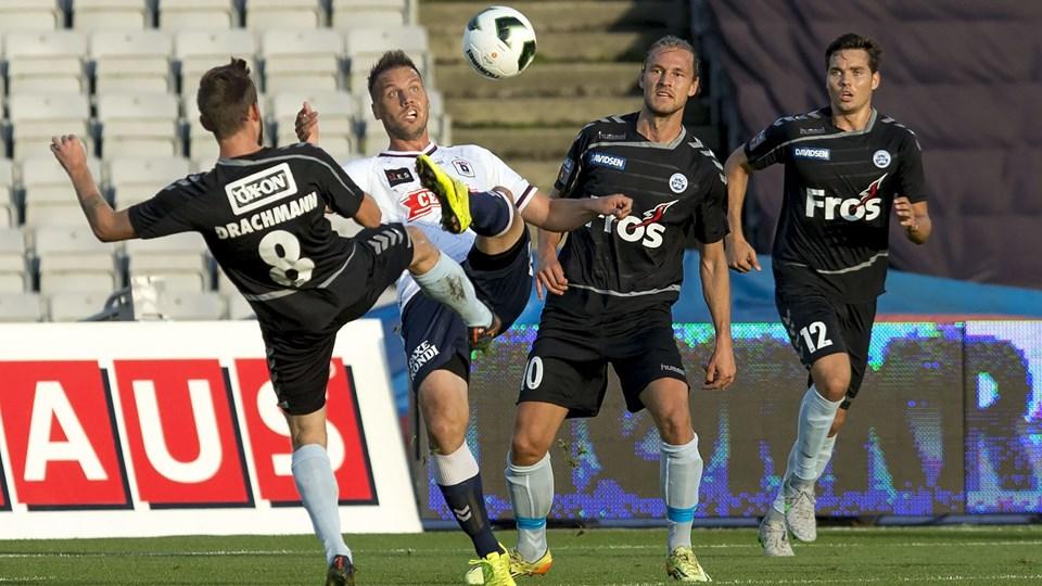 AGF-Sønderjyske. Fra AGF er det Kim Aabech imellem sønderjyske spillere. Foto: Scanpix
