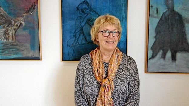 Birthe Strid Hinrichsen ved nogle af de billeder, hun udstiller i Ørum Kultur- og Forsamlingshus de næste måneder. Foto: Jørgen Ingvardsen