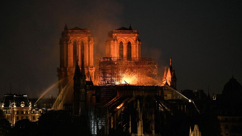 Der står høje flammer op fra kirkerummet i Notre Dame, hvilket indikerer, at det er så varmt, at det næppe kan reddes, vurderer operativ chef i Beredskabsstyrelsen Lars Høg Schou.