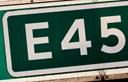 E45 var spærret efter harmonika-sammenstød