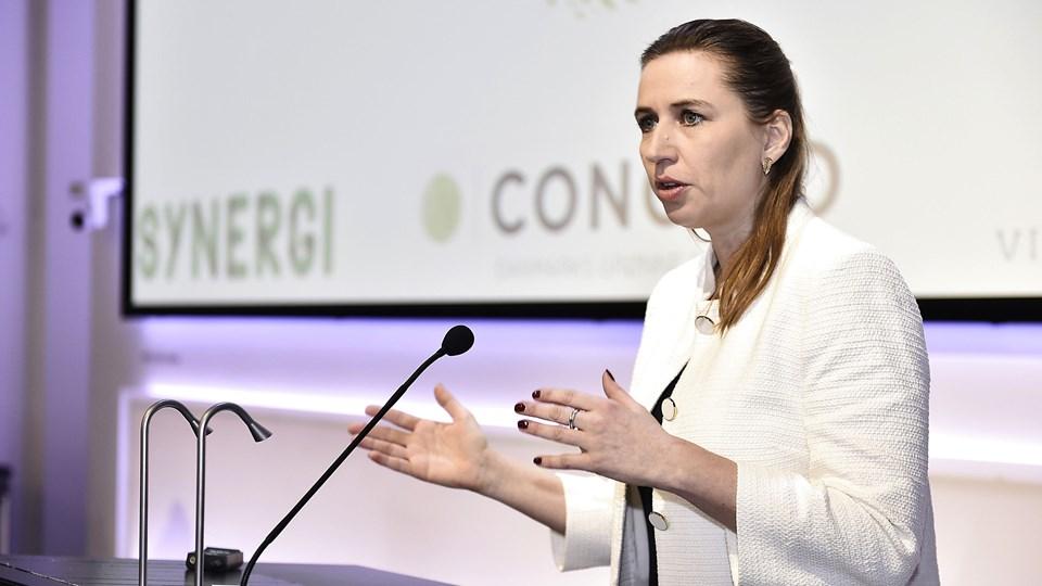 Mette Frederiksen (S) mener, at regeringen bør stille en garanti for, at landbruget når i mål med de kvælstofreduktioner, der er aftalt.