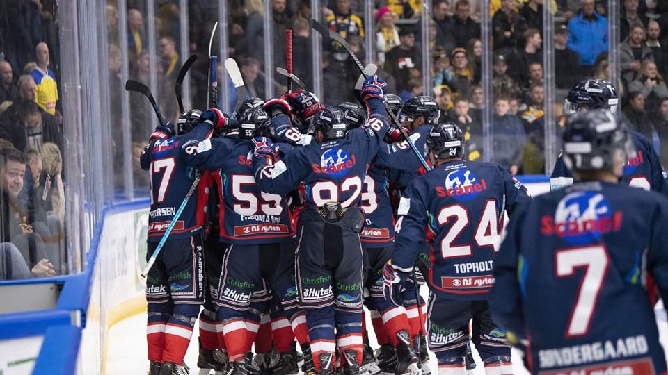 To gange kunne Frederikshavn White Hawks juble over Alexander Bumagins scoringer fredag aften. Foto: Henrik Bo