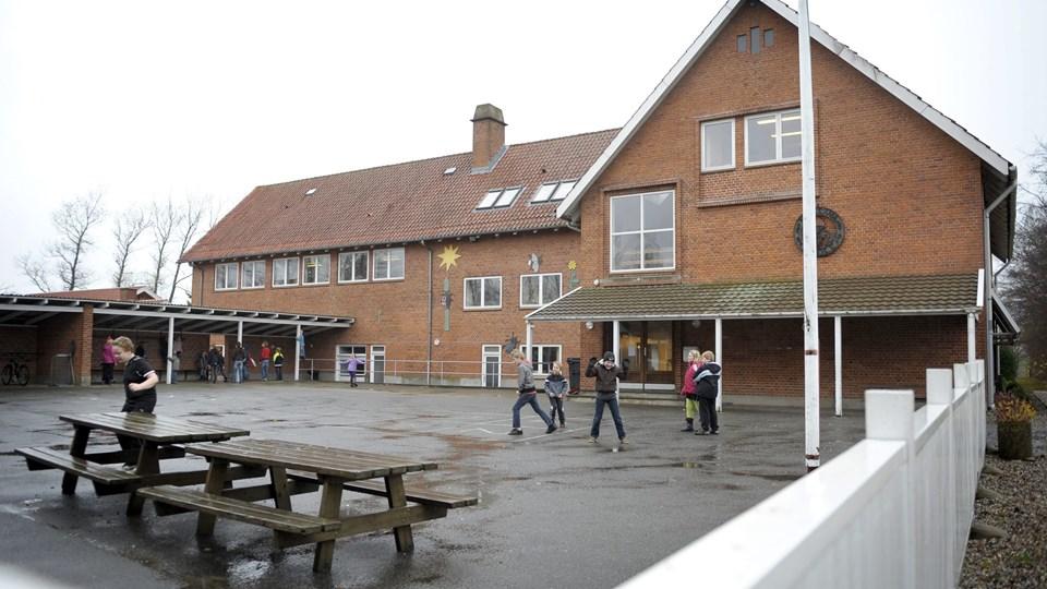 Da friskolen overtog bygningerne i Hellum ved folkeskolens lukning i 2012, blev det samtidig aftalt, at ejendommen skulle tilbage til kommunalt eje, hvis friskoledriften ophørte. Arkivfoto: Michael Koch