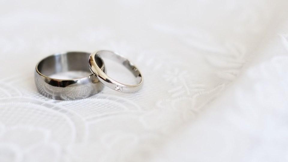 Både selve metallet og monterede dele på smykket kan tage skade af mødet med hverdagskemi. Foto: Free/Colourbox